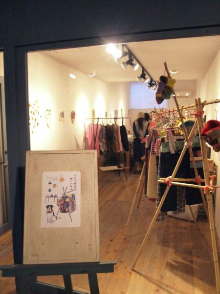 開業はカフェスペースとは区切られていて、じっくり服や絵や古本が見られます。