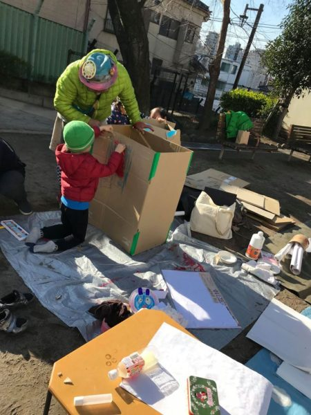 鬼を作り終えた後になってけっこう人が来て、ダンボールの家造り大会になってきたので、ダンボールカッターの使い方を教えたり。